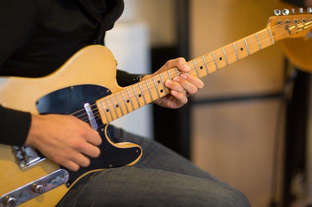 【ギターは独学でOKな理由】教室に通ったところで上手くならないから