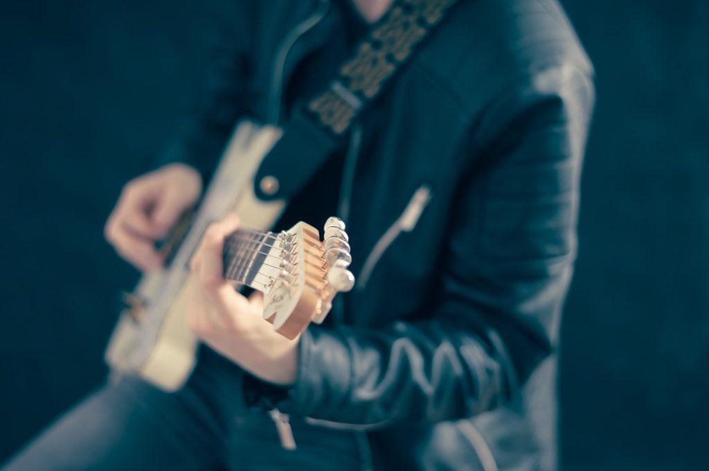 外出自粛で鬱気味の人にギターをおすすめする理由【コロナ災害】